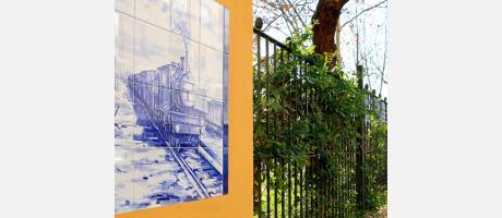 Uno de los paneles cerámicos que decoran este parque en donde se ve un tren de vapor