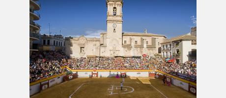 Plaza de toros rectangular construida con madera en la Plaza Mayor de Algemesí.