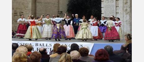 Grupo de dança valenciana amenizando al público asistente en la Plaza de la Virgen