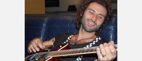 Leiva tocando la guitarra