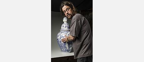 El artista Xavier Monsalvatje con una de sus piezas