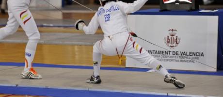 Dos competidores luchando con espadas