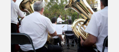 Músicos tocando al aire libre