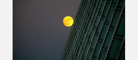 La luna llena sobre el museo