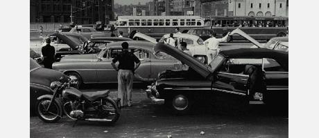Fotografía de coches antiguos en blanco y negro