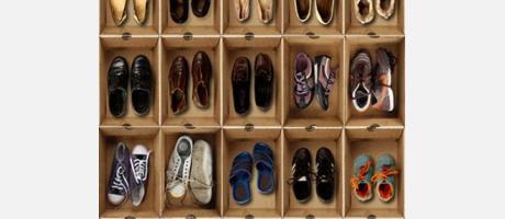 Cajas de zapatos con zapatos usados en su interior