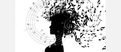 Imagen mujer con notas musicales en la cabeza