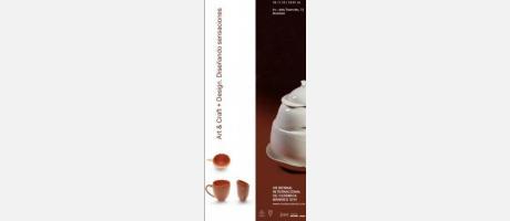 Cartel anunciador con sopera blanca y tazas de color oscuro.