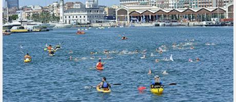 Nadadores viendose los edificios de la Marina Real