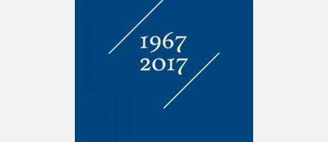 Cartel anunciador en azul con fechas 1667-2017 en blanco