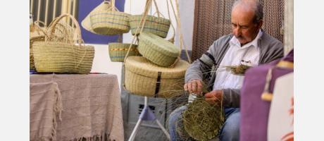 Hombre tejiendo esparto