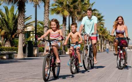 En bicicleta en familia por la playa de las Arenas de Valencia