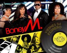 Los componentes del mítico grupo Boney M con la imagen de un disco de vinilo