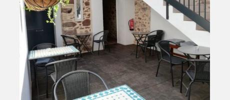 Mesas en la terraza interior